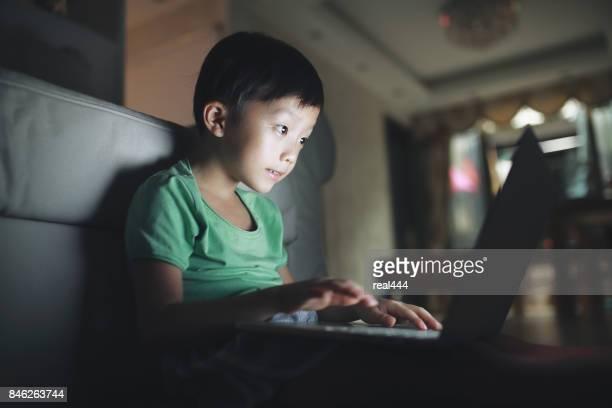 Kind met behulp van laptop