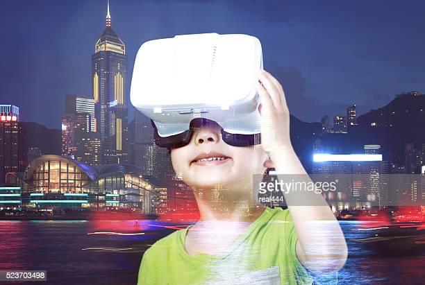 Enfant à l'aide de casque de réalité virtuelle