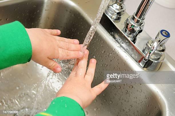 子供の手を洗う