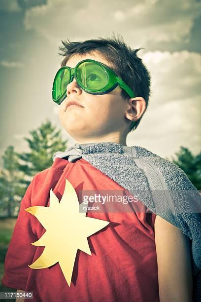 Criança vestindo óculos Verdes mãos ser um super-herói