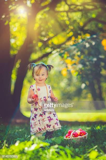 Niño con manzanas cesta de