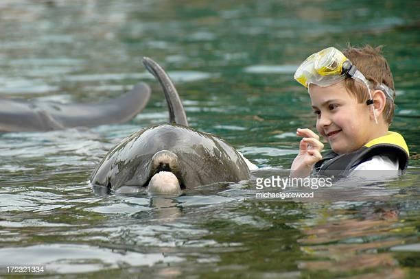 Kind und Delphin