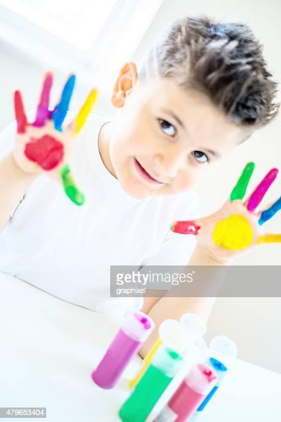 Enfant avec mains peintes