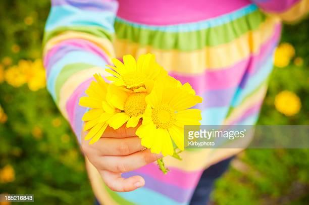 Enfant avec fleurs jaunes