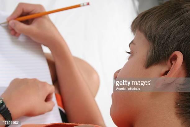 Enfant avec crayon écrit