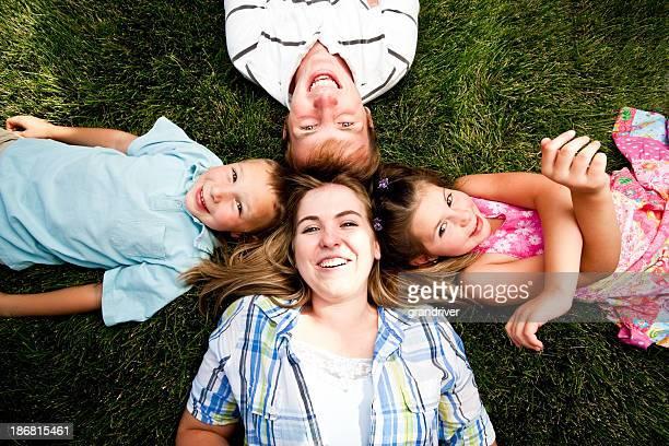 Les enfants et les adolescents allongée sur l'herbe