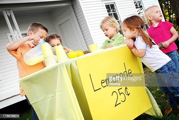 Kinder in einem Limonadenstand