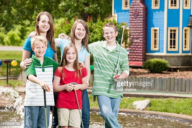 Kinder im Mini-Golfplatz