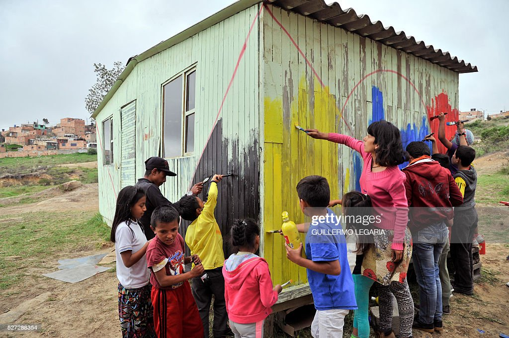 Children attend a class of paint graffiti on April 26, 2016 in the municipality of Soacha, on the outskirts of Bogota, where an NGO promotes activities among some 300 at-risk children and teenagers. Through hip hop, graffiti art and other activities, the Proyecto de vida (Life Project) foundation - funded by Luxembourg NGO Children of Hope - is seeking to keep children in vulnerable situation away from drug addiction and crime. / AFP / GUILLERMO