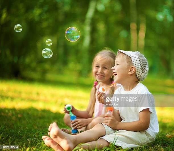 Enfants de souffler bulles