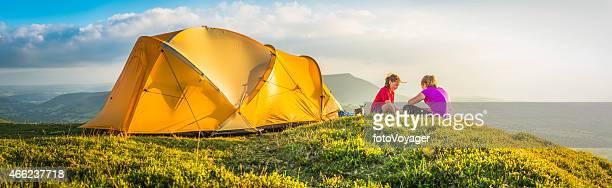 Kinder camping am idyllischen summer mountain top am Zelt panorama