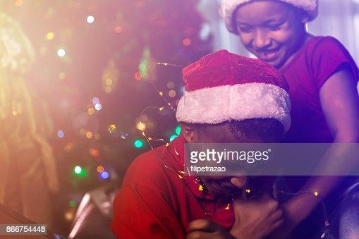 Niños celebrando un especial tiempo de Navidad en casa : Foto de stock