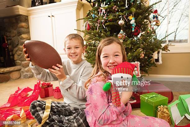 Bambini giocattoli di Natale di apertura presenta di mattina