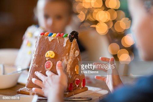 Children decorating gingerbread house : ストックフォト