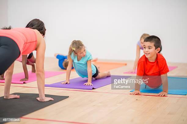 Kinder tun Yoga-Plank