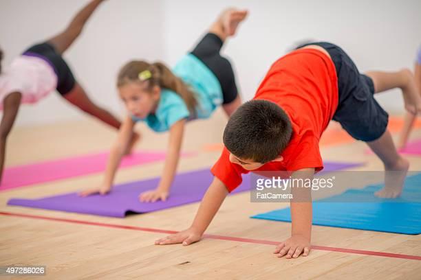 Der nach unten schauende Hund Kinder tun Yoga-Pose