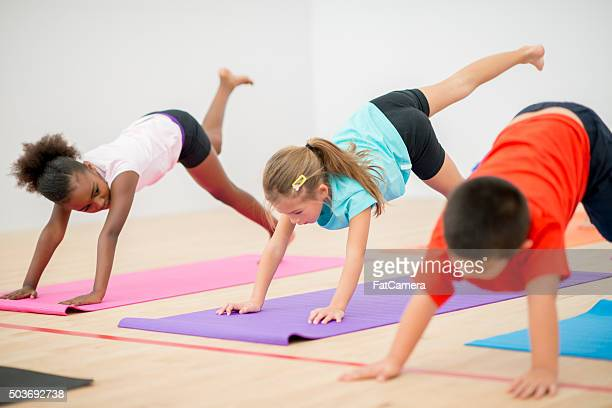 Kinder tun Yoga im Fitness