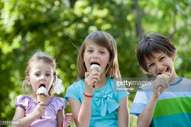 Enfants mangeant une glace
