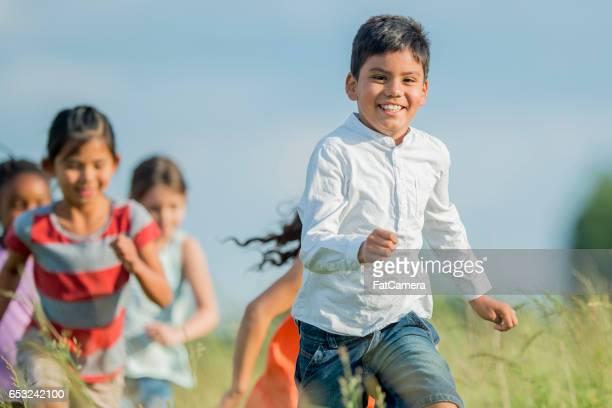 Kinder, die Natur genießen