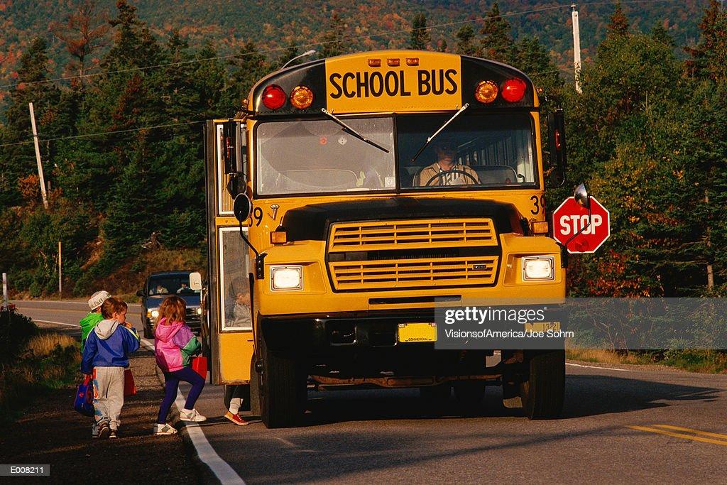 Children entering school bus : Foto de stock