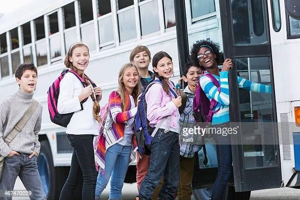 Bambini salire su Scuolabus