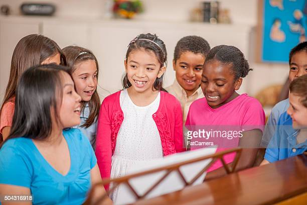 Enfants heureux ensemble de chant