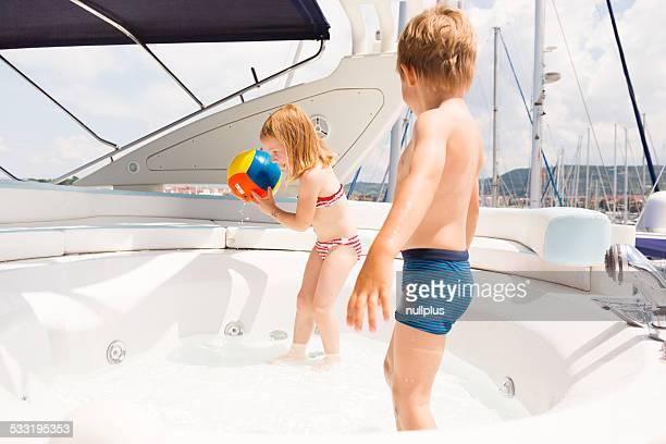 Kinder, die Spaß im pool auf der Eltern yacht