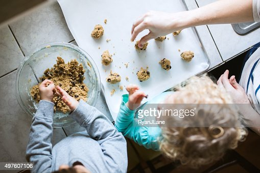 Kinder machen Cookies helfen