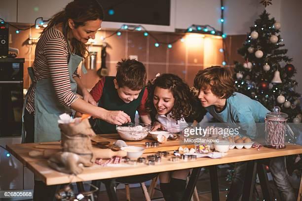 Kinder helfen Mutter Backen Kekse für Weihnachten