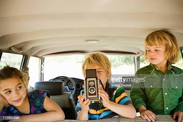 Kinder im Auto mit Kamera