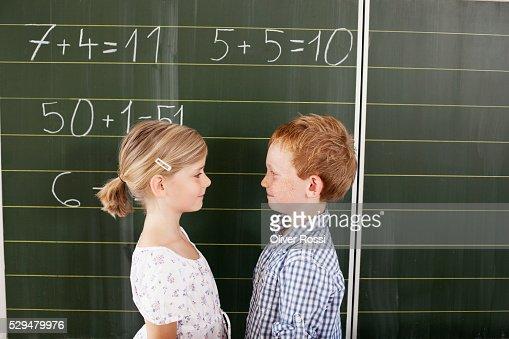 Children in front of blackboard : Stockfoto