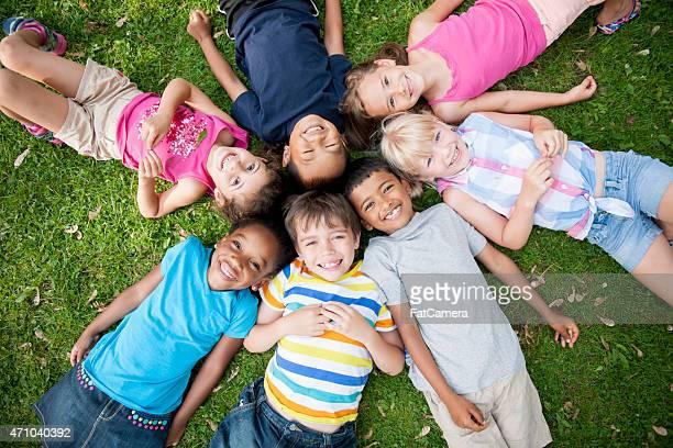 Kinder im Gras mit Kopf in Circle