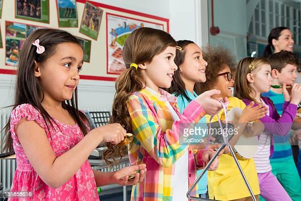 Kinder in Musik Klasse
