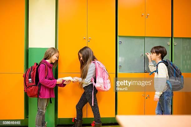Kinder in der Schule Flur.