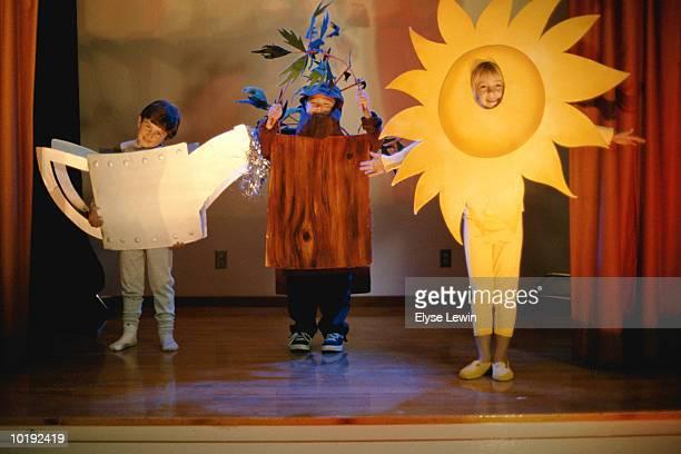 Children (4-6) in school play