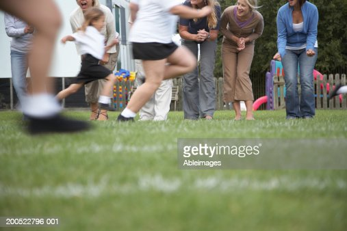 Children (4-8) in school sports day race (blurred motion) : Stock-Foto