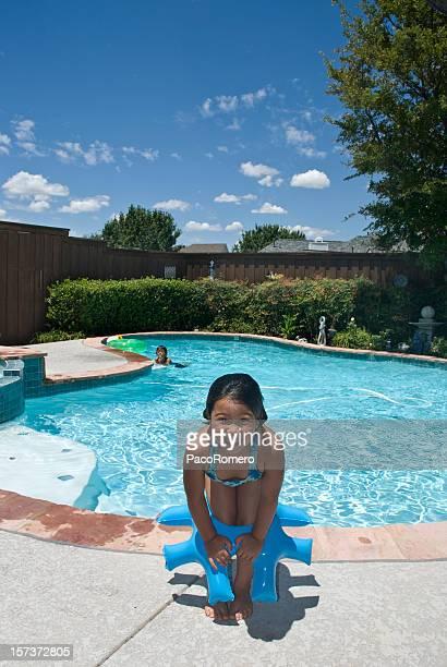 Kinder spielen in suburbian Swimmingpool