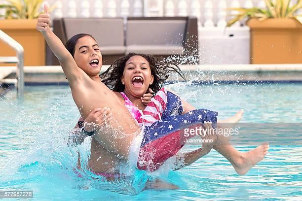 Kinder springen in einem Schwimmbad