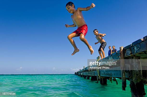 Los niños saltan de la muelle de Puerto Morales México