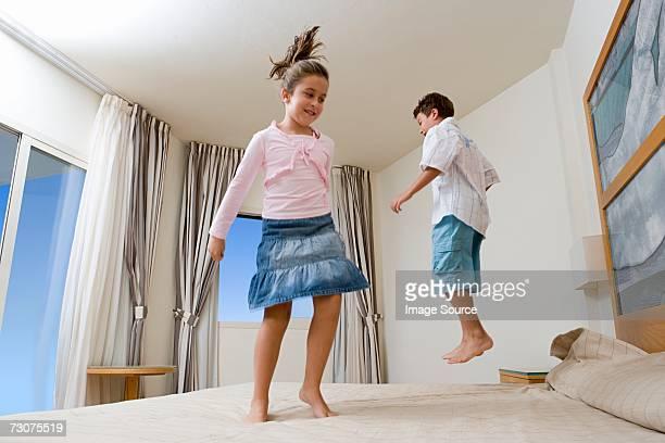 Niños salto de cama