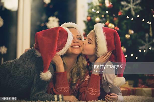 Enfants embrassant sa mère à Noël