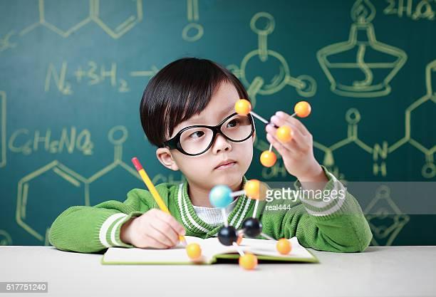 Kinder lernen Chemie