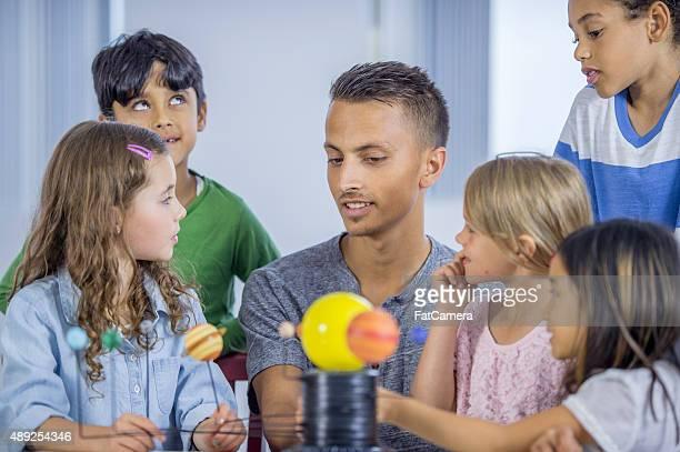 Kinder lernen das Solar System