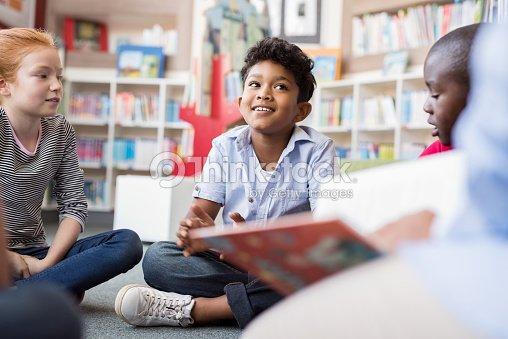 Enfants à l'écoute des histoires : Photo