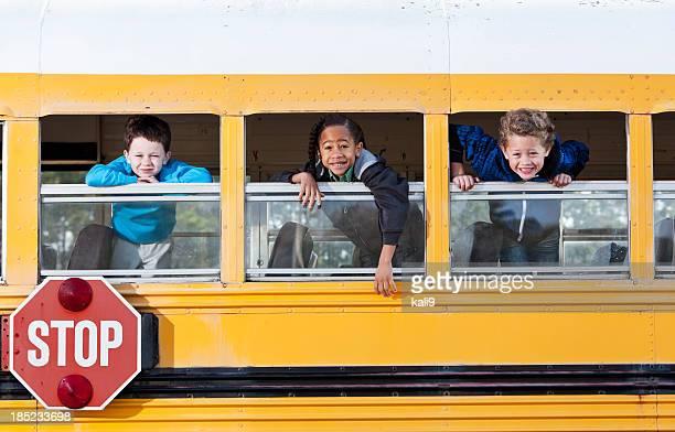 Niños de la ventana mirando hacia fuera autobús de colegio