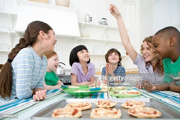 Enfants faisant des pizzas