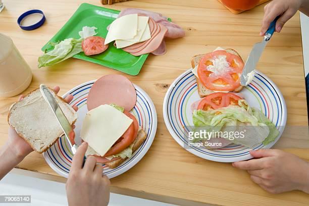 Enfants faisant des sandwichs