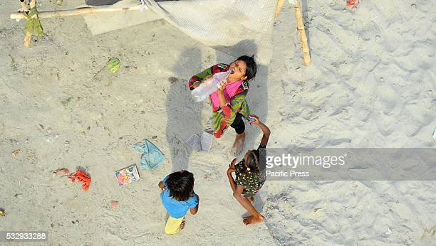 Children of farmers drinking water during a hot day in Allahabad
