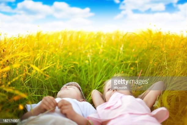 Kinder auf einer Sommer-Wiese