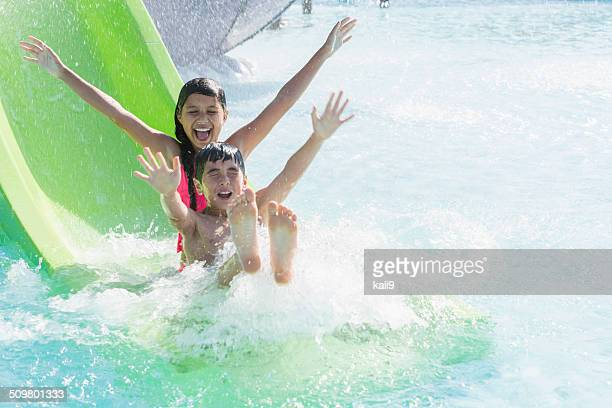 Enfants sur le toboggan aquatique